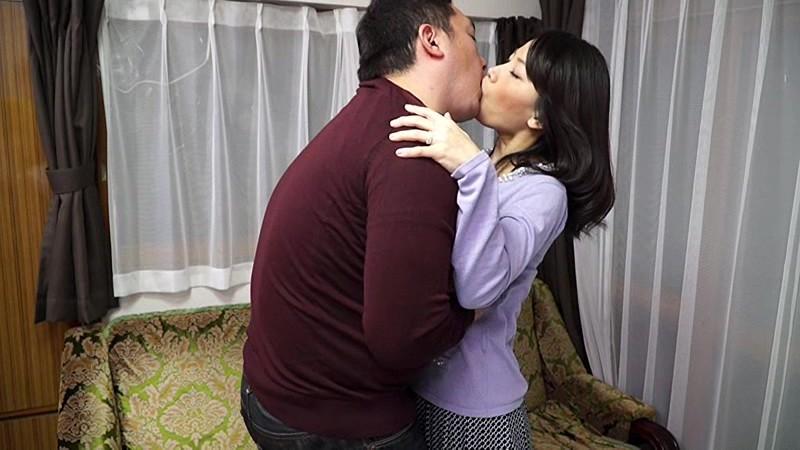 接吻若妻三姉妹 夫以外の男に抱かれ、濃厚接吻に溺れて