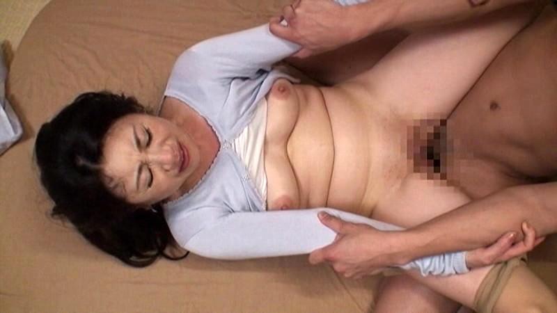 ま、まさか、オレが50過ぎのお袋で勃起するなんて…都会で一人暮らしの息子が心配で上京してきた母が今夜泊まるコトに。ワンルームの狭いアパートに二人っきり、布団はひとつ…母は温もり感じ合う濃厚な密着セックスを求めてきた。