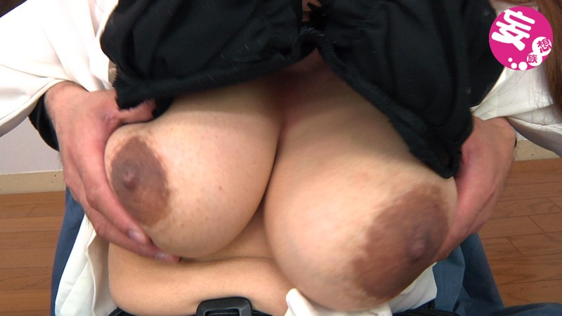 熟女の軟乳、突然背後から乳もみ